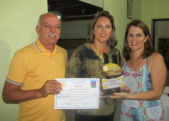 """Cinthia Paraíso recebe o troféu de 'Funcionária Destaque"""""""