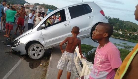O carro por pouco não caiu em baixo no rio (Foto enviada por leitor através do WhatsApp.