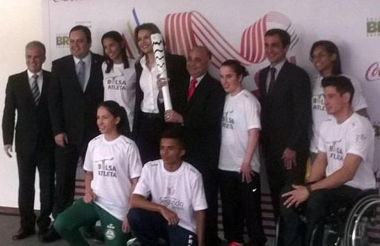 Ministro George Hilton posa com jovens que participarão do revezamento da Tocha Olímpica