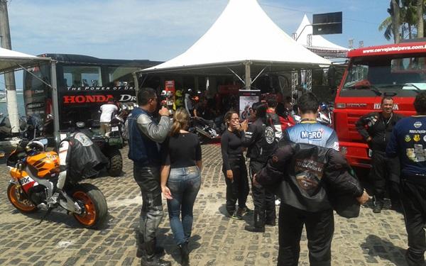Os motociclistas se reuniram em frente a orla no circuito da festa