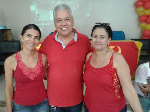 Zé Carlos ladeado pela esposa Ana Cristina e a professora Jorquéllia amais nova filiada do PC do B