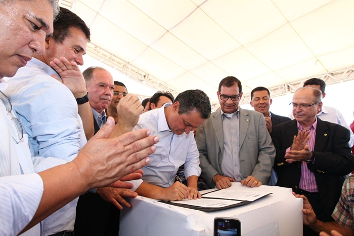 Ordem de serviço assinada  na presenças de lideranças políticias