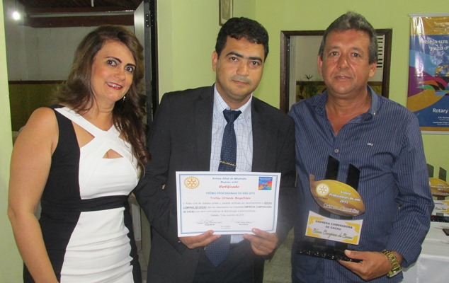 """O Empresário Edilson Oliveira"""" """"EDCAU"""" recebe o Tróféu"""" de melhor empresa, nas mãos do casal Rotariano """"Carica e Luisa"""