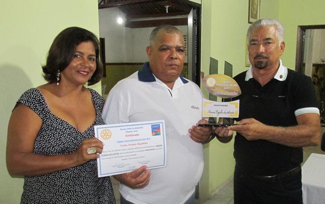 """O casal de Rotarianos Norma e Humberto Hugo entregam o troféu de """"Melhor """"Trapicheiro"""":Manoel Euzébio dos Santos (Dedi),"""