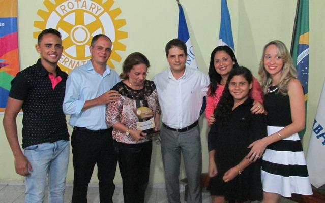 """A família do homenageado """"Orlando Magalhães"""", que deu o nome ao troféu. A matriarca D. Vilma recebeu o Troféu"""" das  mãos do filho"""