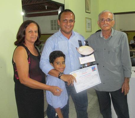 """O casal de Rotarianos Anizia e Marinaldo, entrega o troféu de  """"Melhor Gerente de Firma Compradora de Cacau"""": Raimundo Leal dos Santos (Dinho), da Edcau"""