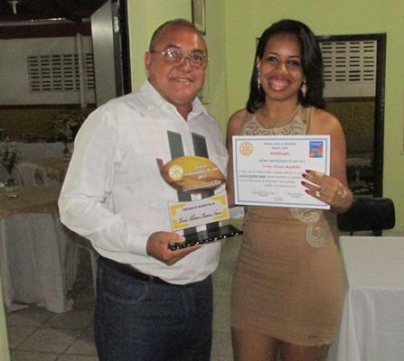 """A Rotariana Luise Beatriz entrega o Troféu de   """"Melhor Técnico Agrícola"""": Paulo Moreno (Técnico da CEPLAC)"""