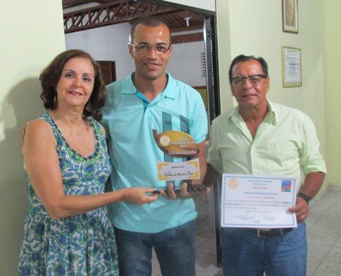 """O casal Adélia e Almiro Mendes entrega o Troféu de """"Melhor Administrador de Fazendas"""": Givaldo Pereira Andrade (Canhoto)"""