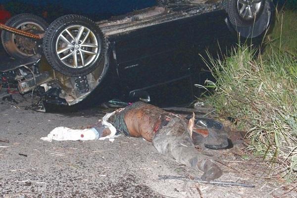 O  motociclista, até o momento não identificado, teve o corpo dilacerado e a cabeça decapitada