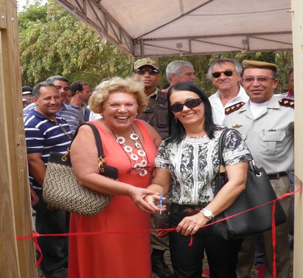 A prefeita Gracinha Viana, Dona Charlotte, madrinha da CAERC, Haroldo Cardia, presidente da APEMA. Comandante Rocha e secretários cortam a fita inaugural