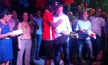 O deputado foi homenageado com buquê de Flores