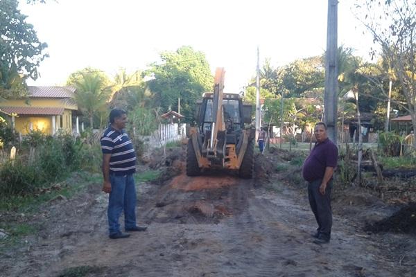 O Secretário de Infra-estrutura, Tinho Viana  e o vereador Manassés estão coordenado os serviços