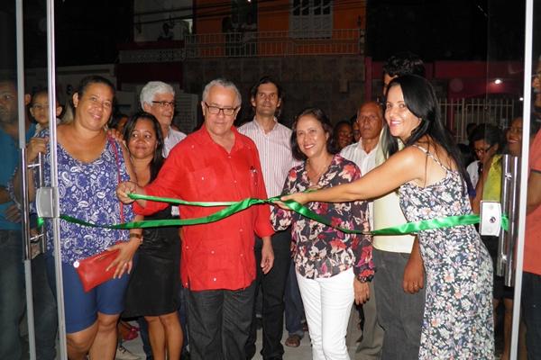 A prefeita, Líu Andrade e o Secretário de estado, Josias Gomes, ladeados pela filha de Humberto Barbosa, Maria do Socorro