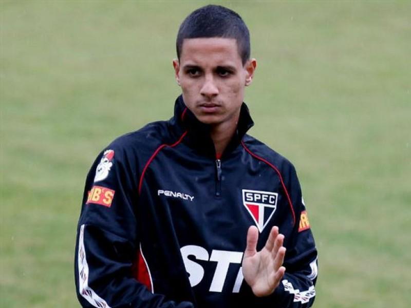Aos 24 anos, Roni defendeu a Ponte Preta e o Paysandu em 2015. O jogador ainda acumula passagens por Goiás e Mogi Mirim.