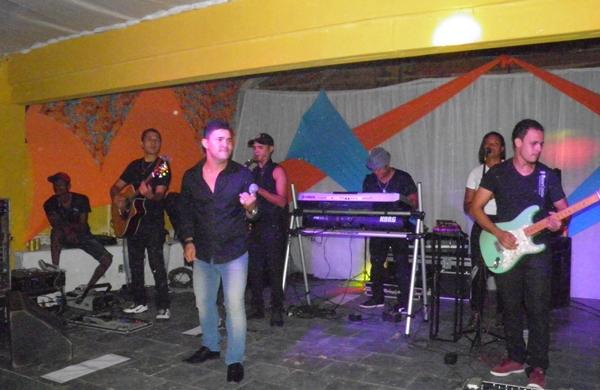 O cantor Binho Alves levantou o público com seu estilo romântico
