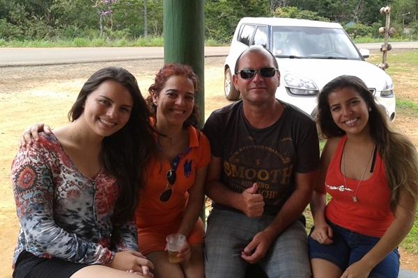 o fotógrafo Casoba ao lado da esposa, Andreia,  filha e sobrinha