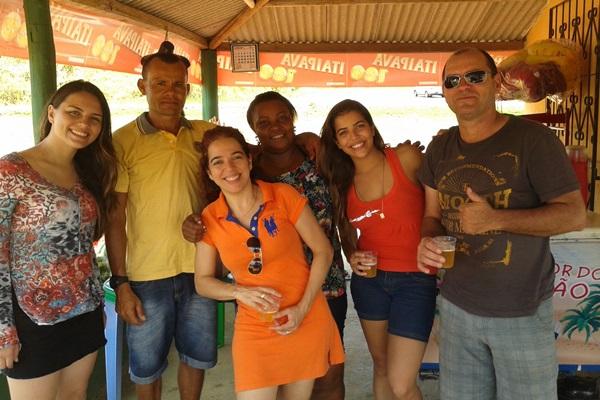 Na foto, a família ladeada  por Pelé e esposa, na Cabana do Pelé.
