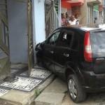 UBAITABA: CARRO INVADE CASA NO BAIRRO  DA CONCEIÇÃO E DEIXA JOVENS FERIDOS