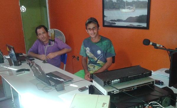 Os radialistas Carlos Gama e Léo Santos, se revezam durante a programação