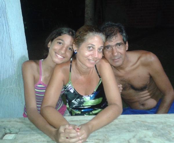 Neto ladeado pela esposa e filha