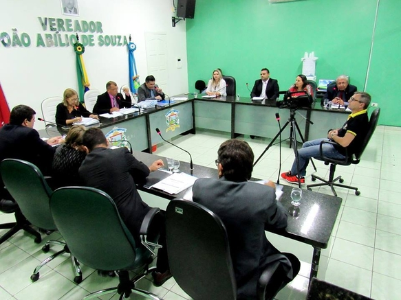 O presidente Pedro Aureliano conta que um dia uma garrafa de uísque caiu no meio do plenário