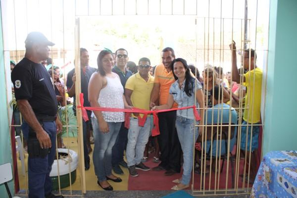 A prefeita Líu Andrade corta a fita inaugural ao lado de sua equipe