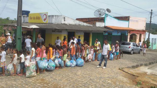 Dezenas de sacos de lixo foram recolhidos no Bairro
