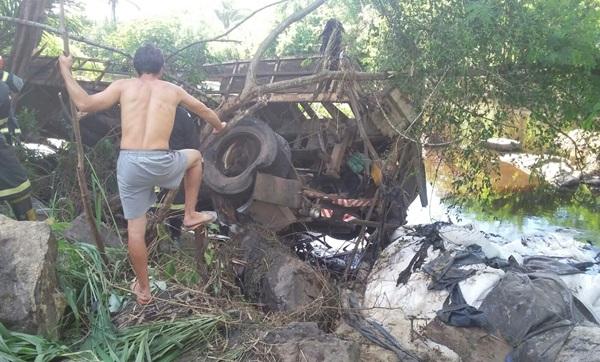 O Corpo de Bombeiros, Polícia Rodoviária Federal, Polícia Técnica e Polícia Militar trabalharam para retirar os corpos de uma criança e um homem que estavam presos nos destroços do caminhão