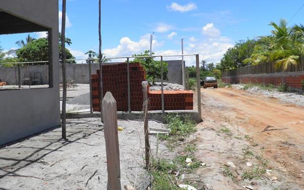 A construção chega a  entra um metro  no alinhamento da rua