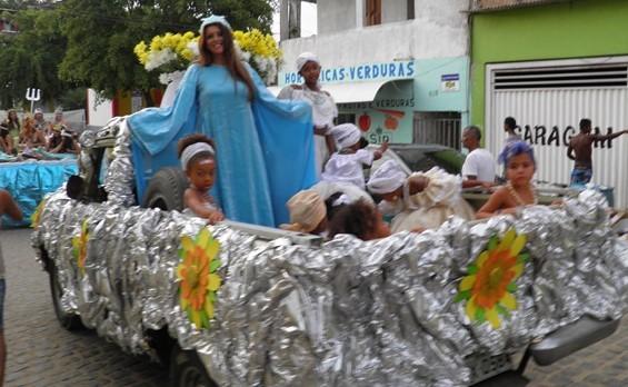 Iemanjá desfilou em carro aberto pelas ruas de Itacaré