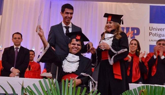 Cristian e a mãe se formaram em direito no último dia 16, em Natal (RN) - See more at: http://atarde.uol.com.br/educacao/noticias/1749955-jovem-com-paralisia-cerebral-e-sua-mae-se-formam-em-direito#sthash.txVInCNH.dpuf