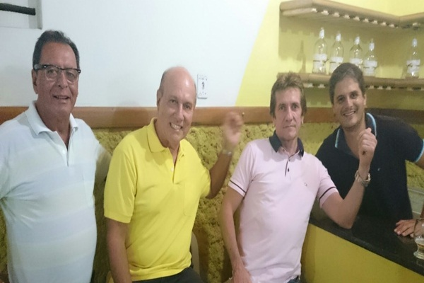 O aniversariante ladeado pelos companheiros, Almiro, Kekede e Espedito