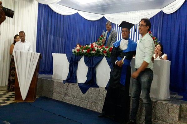 Rodrigo recebendo o diploma de Técnico em Agrimensura