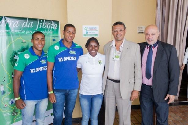 O prefeito Jarbas ladeado pelo secretário de Esporte e Cultura e representantes do Comitê Olimpico