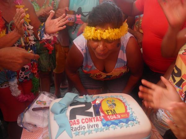 A diretora,Norma Ribeiro apaga as velinha de 07 anos