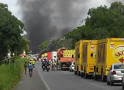 Revoltados, populares fecharam a pista, onde ocorreu a tragédia