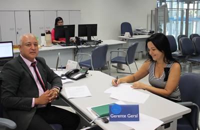 A prefeita assinou o convênio na presença do gerente da CEF, Adelvilson Alves dos Santos