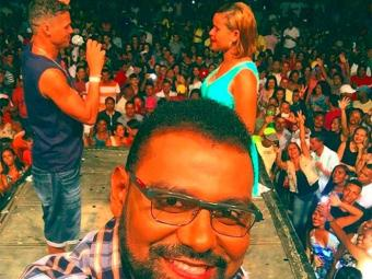 Orgulhoso, o cantor usou sua página oficial no Facebook, neste sábado, 19, para compartilhar uma selfie
