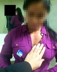 A mulher aparece fazendo sexo oral em um homem