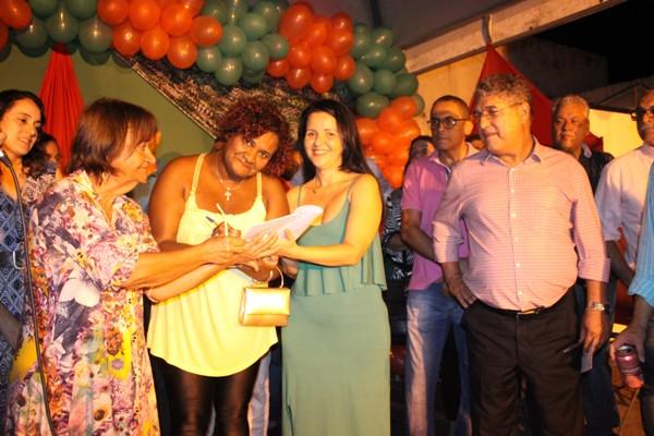 Presidente da  Associação das Mulheres Carentes de Aurelino LealÁurea e Prefeita Liu Andrade (Foto: Abimael Rirches)