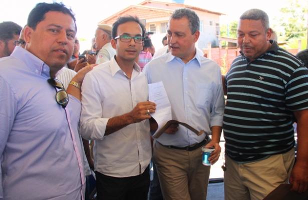 Junior acompanhado pelo vereador Maurição entregaram o documento ao governador