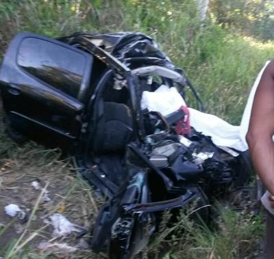 O carro das vítimas ficou totalmente destruido