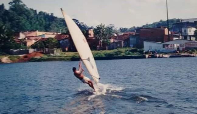 Na foto o atleta Paulo Rogério mostra força e garra com o vento