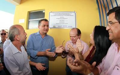 O governador inaugurou a quadra Poliesportiva Gilberto Andrade