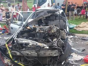Carro ficou destruído em acidente (Foto: Rafael Teles / G1)