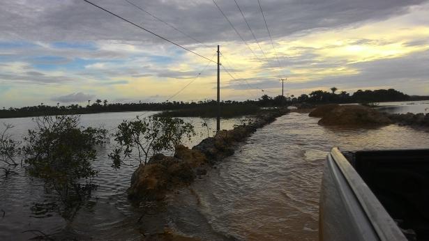 A maré cobriu toda estrada de acesso ao povado