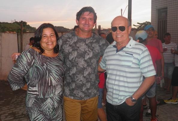 Fabiano, ladeado pela esposa e pelo vizinho, Kekede
