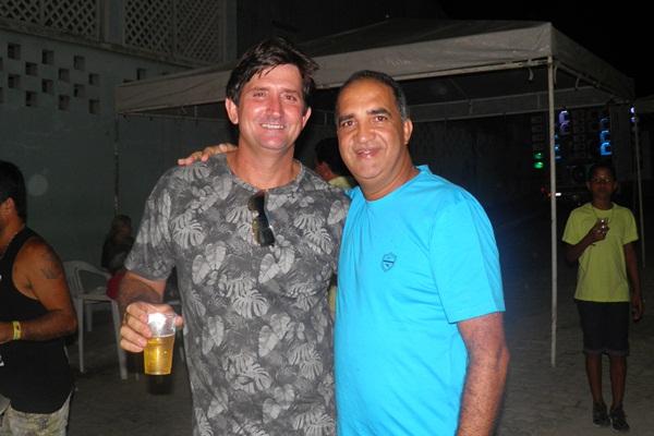 O aniversariante é cumprimentado pelo pré-candidato, Jailton Araujo