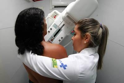 Dezenas de mulheres  passaram pelo exame de mamogafia