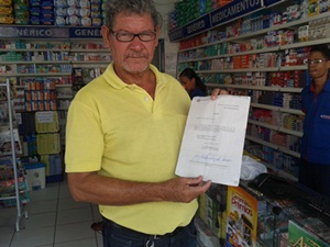 O suplente  Zé Bolacha  exibe a intimação da Promotoria
